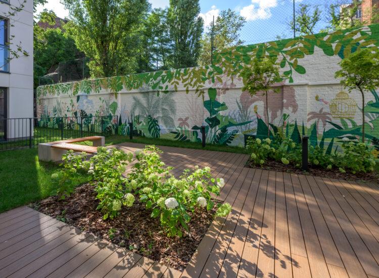"""""""Tajemniczy ogród"""" todrugi, obok """"Kocham Pragę"""" wyjątkowy mural, któryozdobił najnowszą praską inwestycję Eiffage – Stalowa 27"""